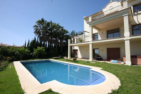 Alquileres de temporada villa de lujo con piscina for Casas de lujo con jardin y piscina